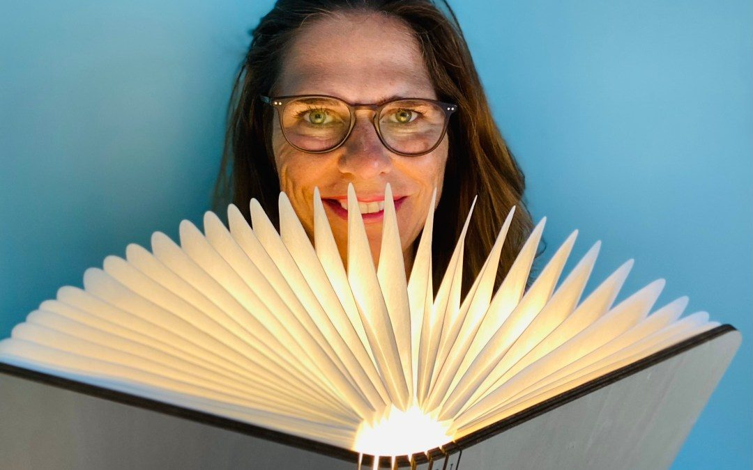 Katrin Friedrich mit Buchlampe